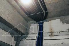 Протяжка кабеля по потолку в гофре