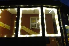 Подсветка окон бара гирляндой из лампочек