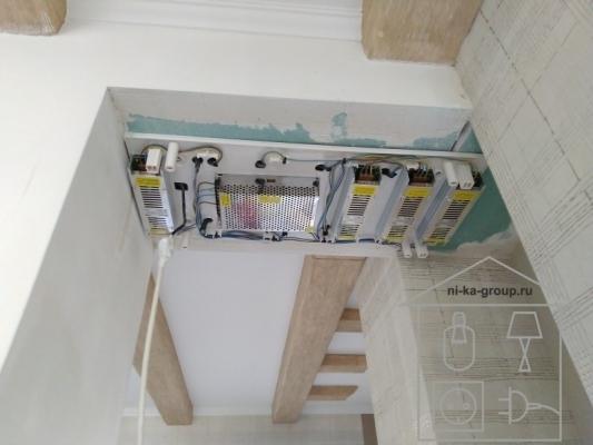светодиодная подсветка потолка - медиа щит для размещения блоков питания