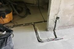 Протяжка кабеля по полу в коробки на розетки, выключатели.